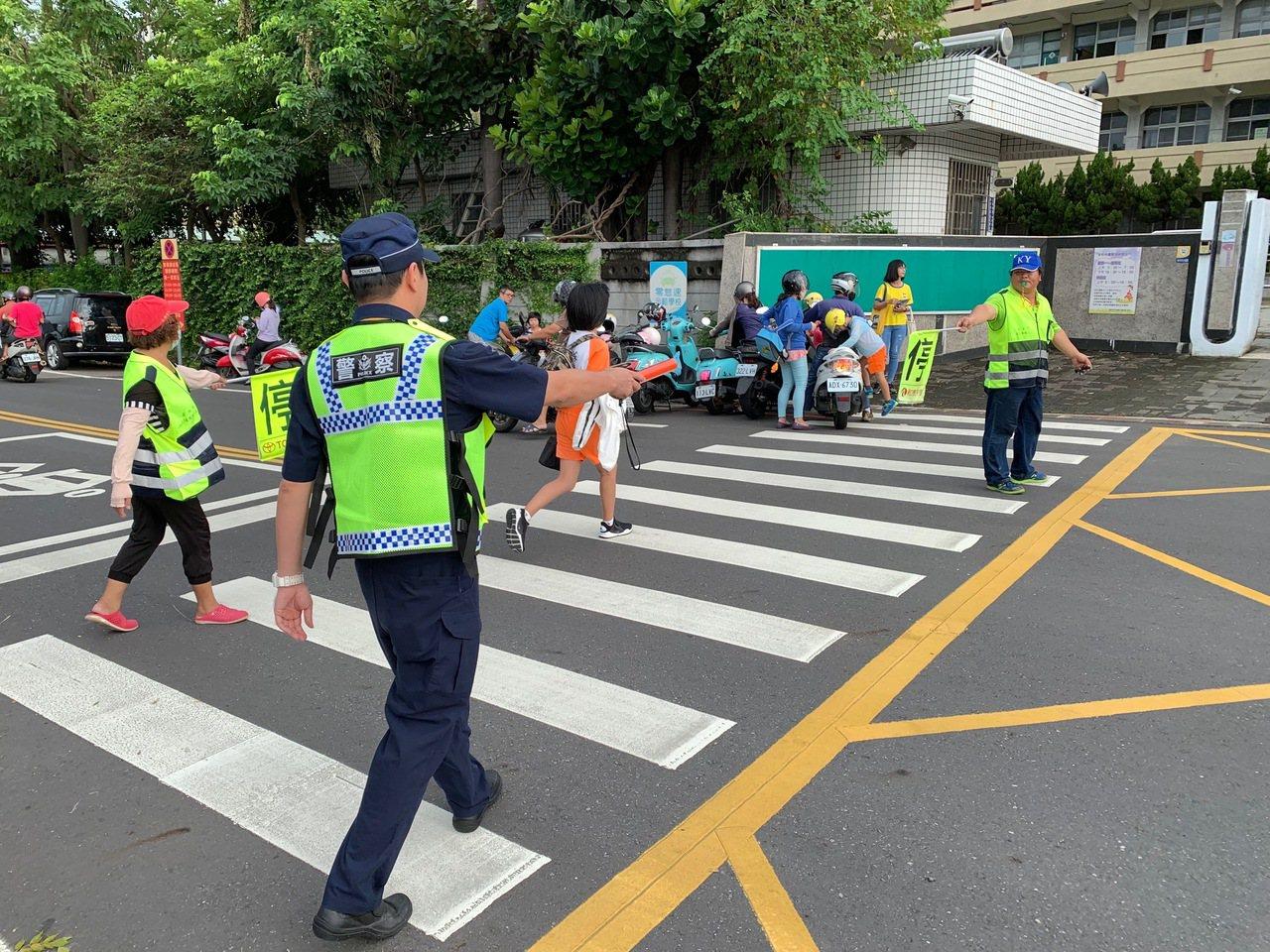 無法陪子女開學抱憾 台南暖警護童視如己出