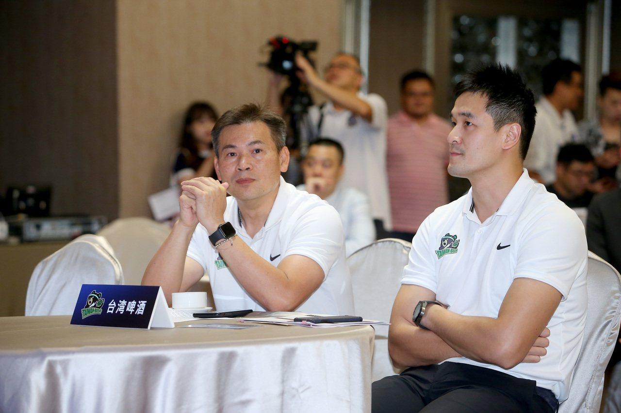 台啤總教練周俊三(左)。記者余承翰/攝影