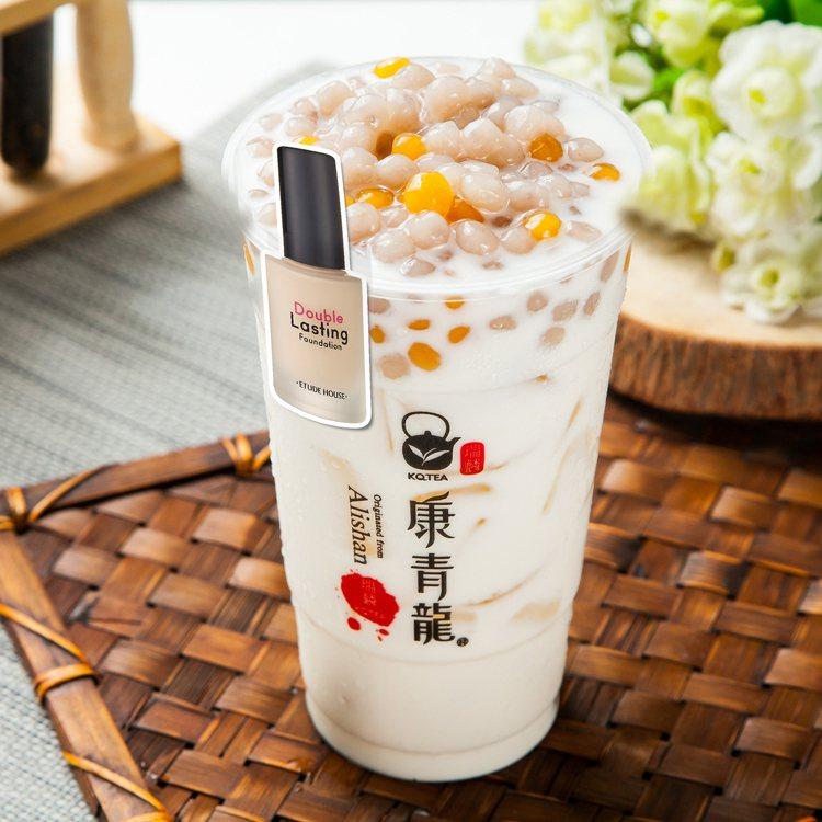 ETUDE HOUSE與手搖飲「康青龍」跨界合作,圖為茉莉奶綠芋圓,售價55元。...