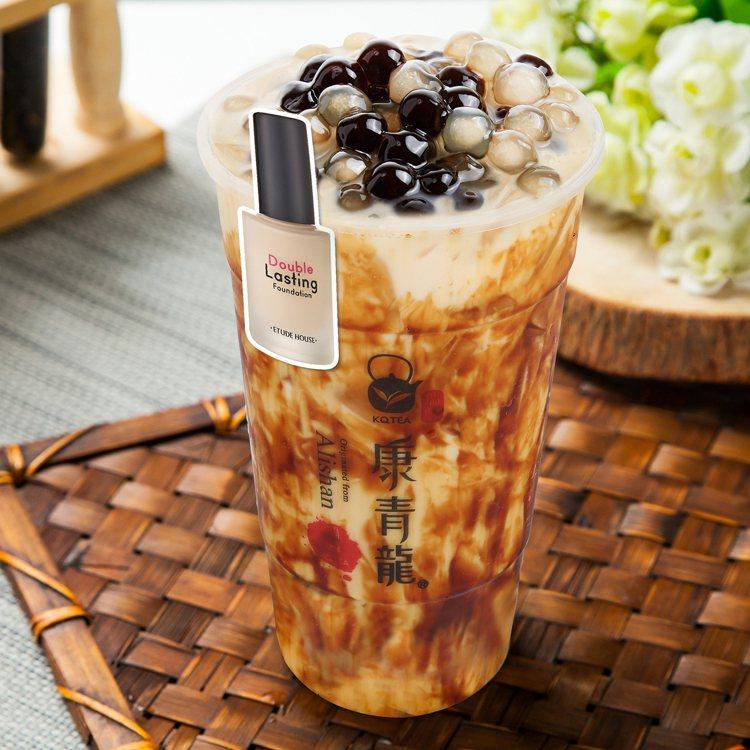 ETUDE HOUSE與手搖飲「康青龍」跨界合作,圖為黑糖珍珠鮮奶茶,售價70元...