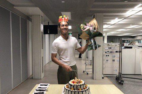 楊祐寧30日滿37歲,他近年的生日都在工作中度過,今年則在上海拍戲工作,劇組特地為他準備生日蛋糕,讓他相當感動,當場許願希望家人身體健康,希望外界多多關注環保議題,其實他生日當天一大早就在微博上宣揚...