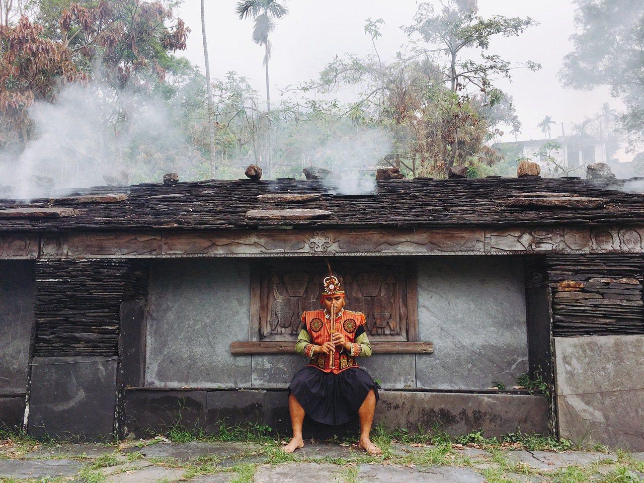 舊筏灣部落擁有完整的12座石板屋遺址,走進部落裡宛如置身一座遺世古城。圖/茂林國...