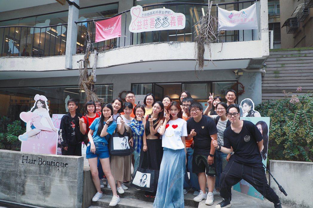 林志玲的慈善義賣派對邁入第3個月,她在義賣活動結束後不忘與全體大合照。圖/志玲姊...