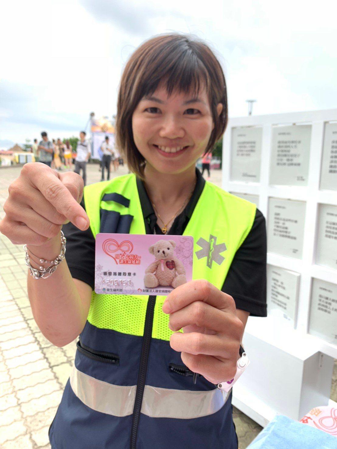 消防隊員梁小姐一直想簽署器官捐贈同意書,在貢寮音樂季現場化為實際行動。(攝影/王...