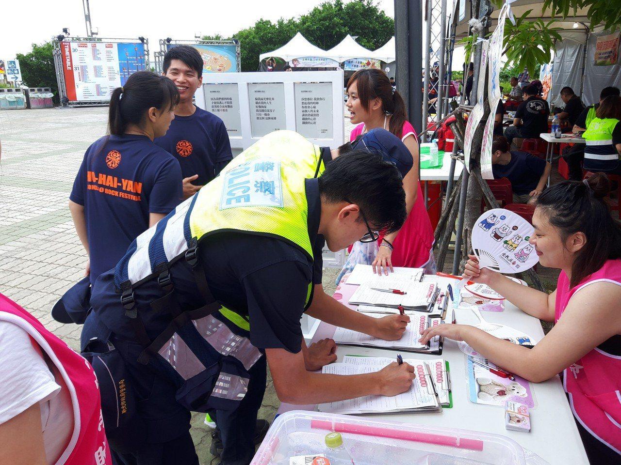海祭現場年輕的警員,在休息時間特地前來簽署器官捐贈同意書,共同響應公益活動。(攝...