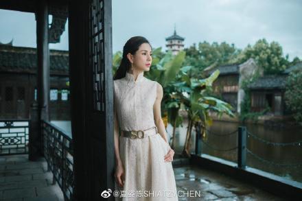 李若彤穿著白色系刺繡裙裝,有古意盎然的空靈。圖/取自微博