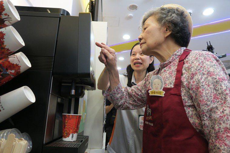 失智阿嬤練習操作咖啡機。圖/弘道老人基金會提供