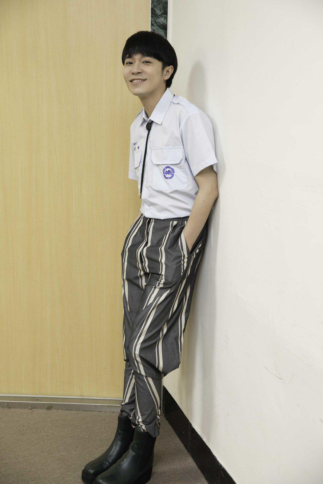 吳青峰37歲生日,穿上高中制服玩穿越。圖/環球音樂提供