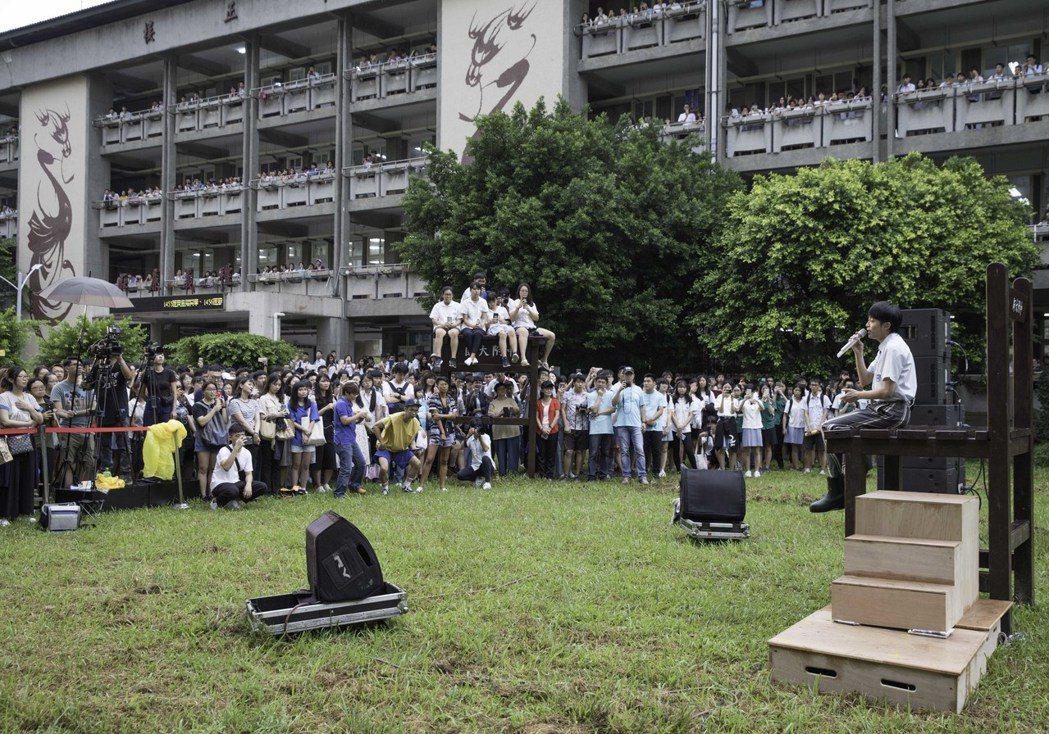 吳青峰重回母校師大附中,快閃獻唱新歌「太空人」給學弟妹聽。圖/環球音樂提供
