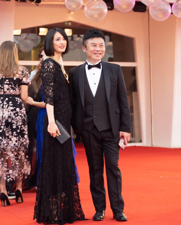 日本當代藝術家小松美羽(左)與宏達電 Vive Originals總經理劉思銘。...