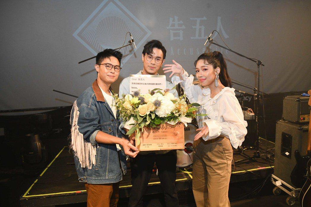 魏如萱特別送花給團員驚喜。圖/相知音樂提供
