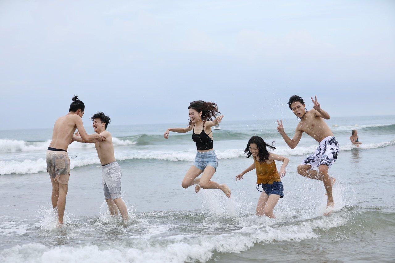 貢寮海祭今晚熱力開唱一連3天 比基尼正妹戲水逐浪
