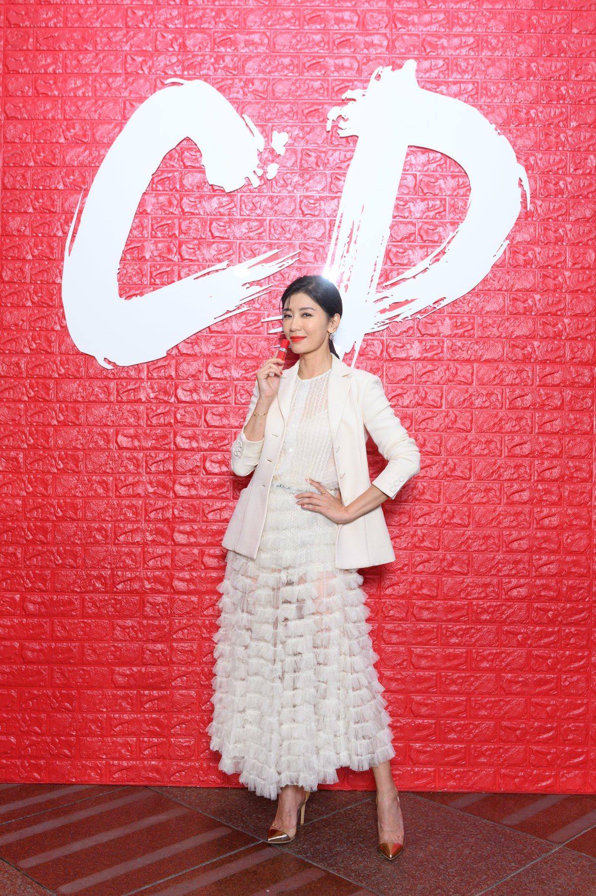 賈靜雯選用迪奧超惹火絲絨唇露#846 Poppy,搭配白色紗裙與西裝外套化身超惹...