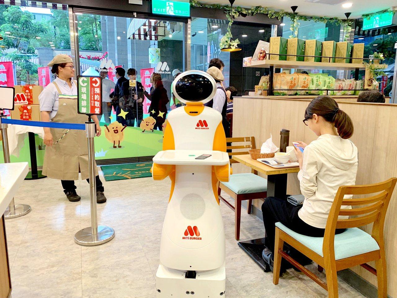 摩斯漢堡第二代送餐機器人北、中、南門市陸續登場。記者張芳瑜/攝影