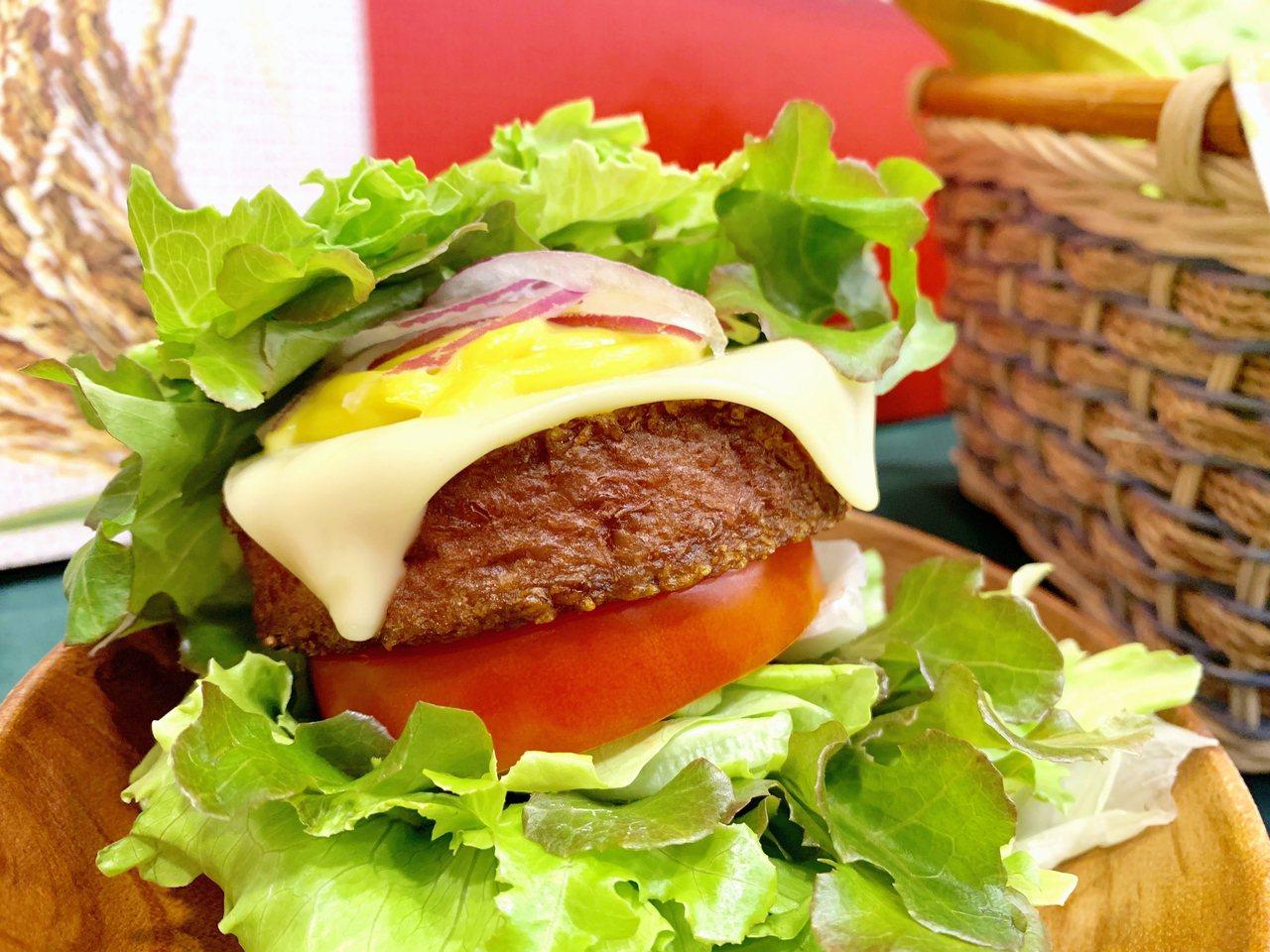 使用美國Beyond Meat植物肉漢堡排特製的「摘鮮綠摩力堡」。記者張芳瑜/攝...