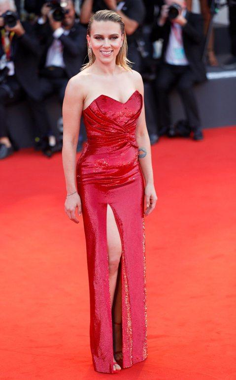 好萊塢巨星布萊德彼特、思嘉莉約翰森為威尼斯影展帶來一波高潮,兩人在新片中都有出色表現,傳出奧斯卡呼聲,且在星光大道紅地毯上引起粉絲高分貝尖叫。    布萊德彼特今年成為影展紅人,先是「從前,有個好萊...