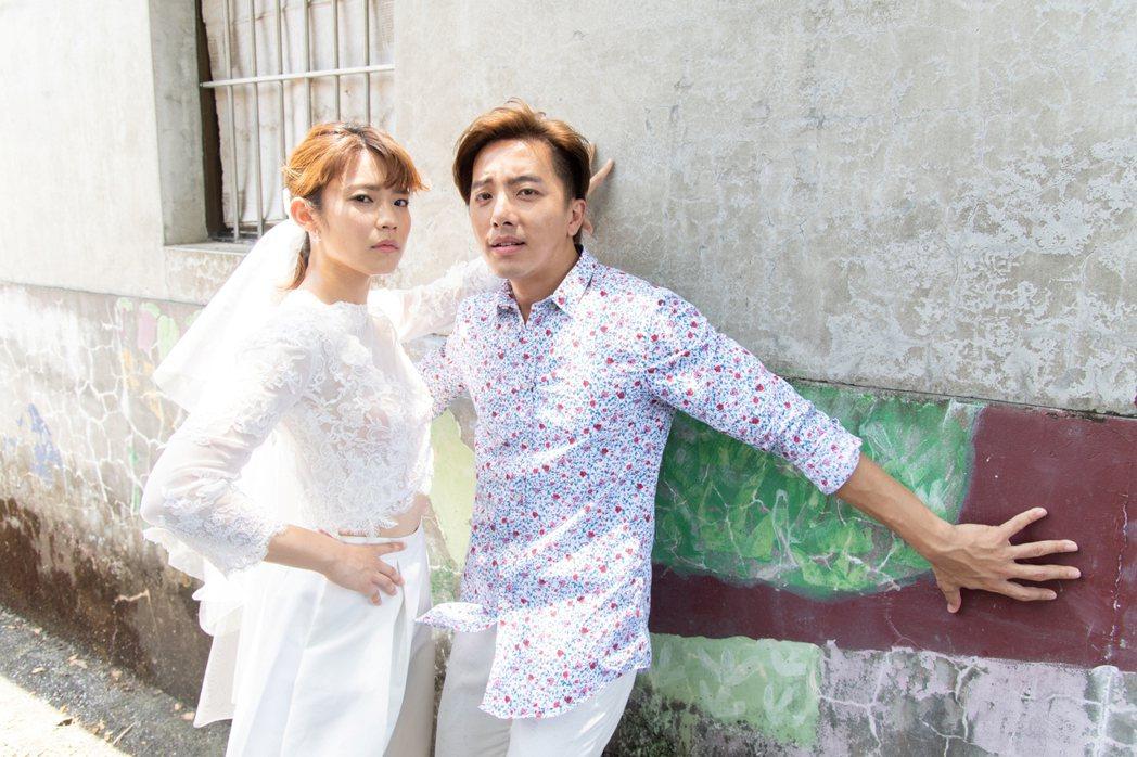 林思宇(左)為戲穿上婚紗,謝坤達穿著新郎裝走到她身邊,有幸福圓滿感。圖/三立提供