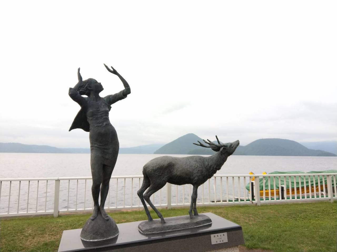 洞爺湖畔的雕刻,配上湖景,是很好的拍照景點。記者張錦弘/攝影