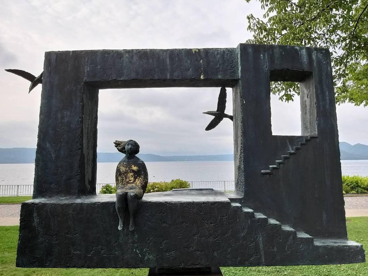 洞爺湖畔的雕刻,和湖景很搭配。記者張錦弘/攝影