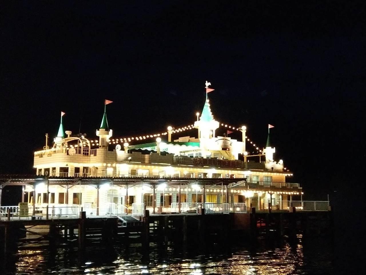 旅客可搭乘城堡造型的遊船,到洞爺湖心就近看花火,視聽效果更棒。記者張錦弘/攝影