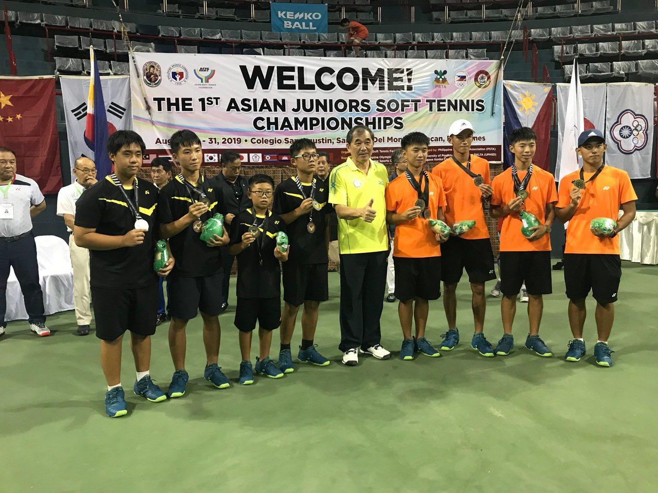 中華男團在第一屆亞青盃軟式網球錦標賽摘金,與中華軟網協會理事長朱文慶(中)合影。...