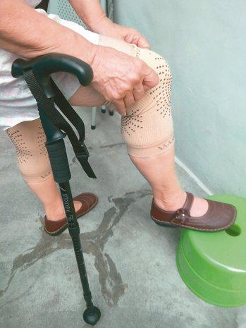 88歲阿嬤膝關節嚴重退化、疼痛,術前必須靠護膝、手杖行動。 圖╱陳志鎧提供