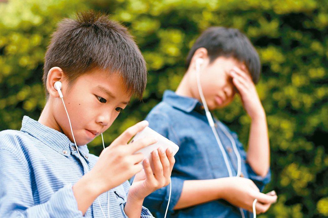 青少年因暑假熬夜上網打遊戲,作息紊亂,現在可能出現開學症候群。 圖/123RF