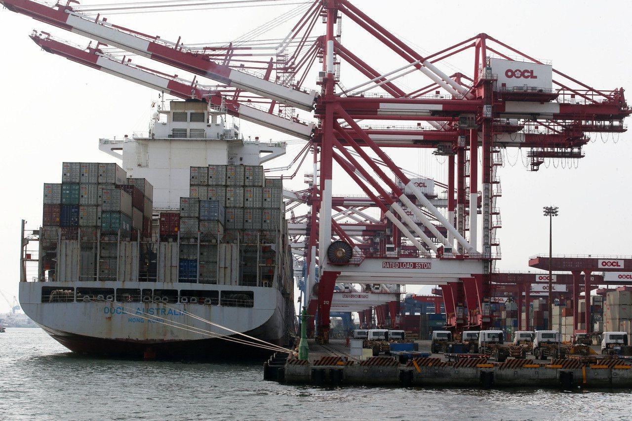 美中貿易戰下,台商大回流,我三角貿易淨利明顯下滑,圖為高雄港貨櫃作業情況。 圖/...