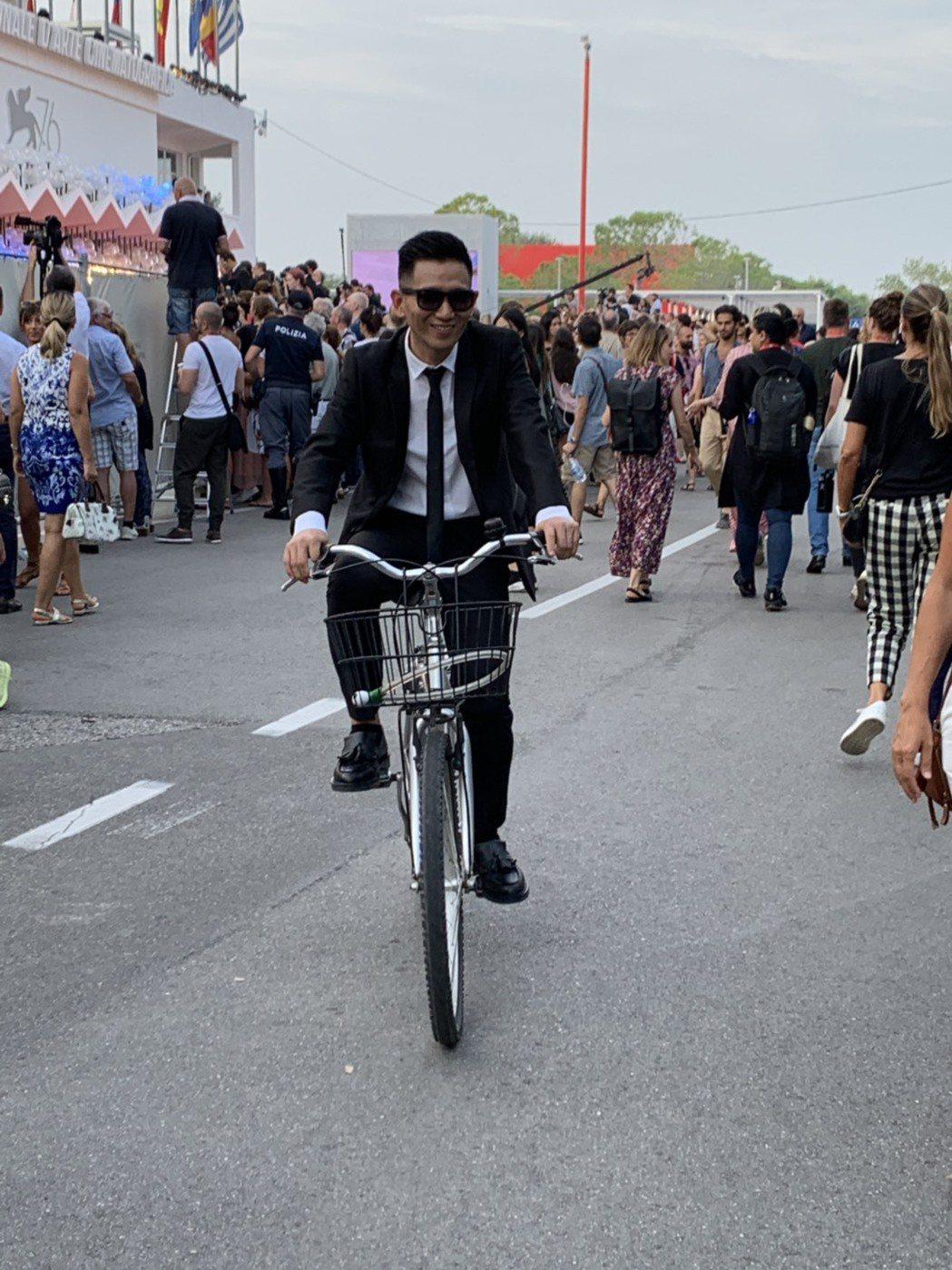 導演趙德胤在威尼斯影展騎腳踏車趕場 。 記者楊起鳳/攝影