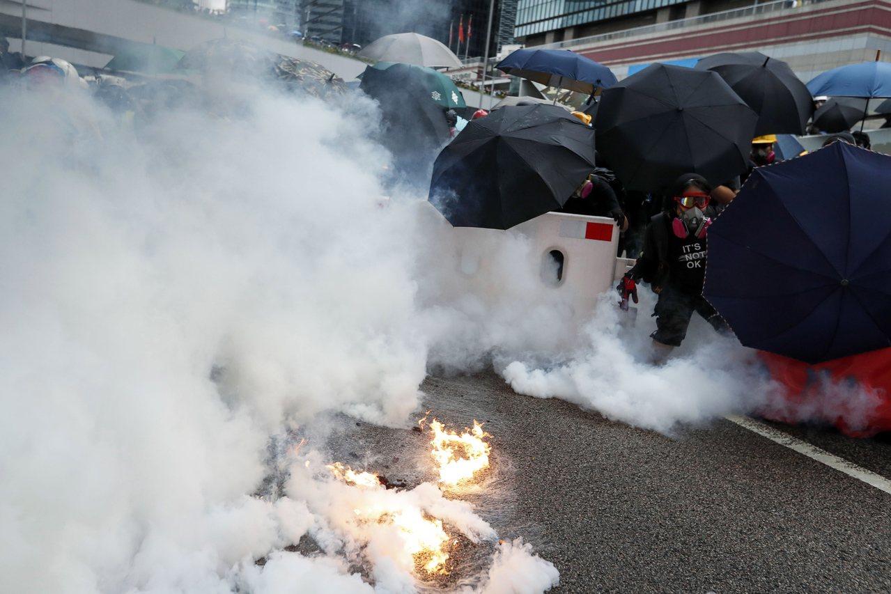 香港831游行爆冲突,警方多次发射催泪弹驱散示威者。欧新社