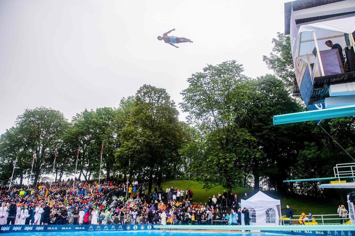 一名死亡跳水參賽者展開雙臂一躍而下。(法新社)