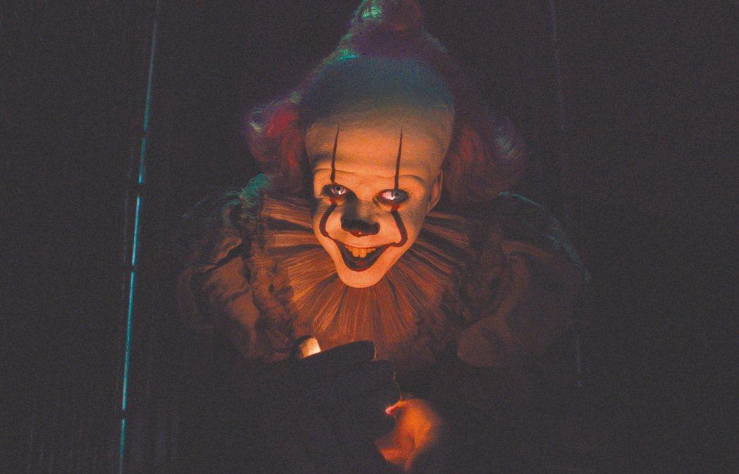 「牠 第二章」的小丑潘尼懷斯,是整部電影的夢魘。 圖/華納兄弟提供