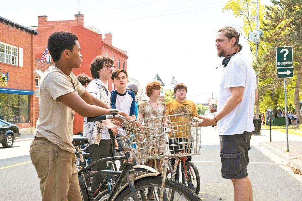 昔日主角群在續集中繼續展開恐怖冒險。導演也找回眾多年輕小演員(見圖)再度出演。 ...