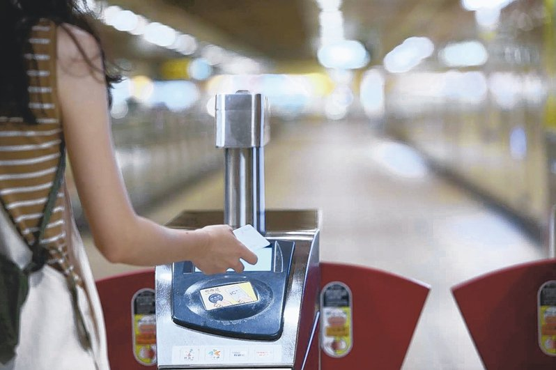 台北捷運本業獲利困難,為打平虧損,北捷正研擬取消「持電子票證搭乘享8折優惠」。 記者葉信菉/攝影