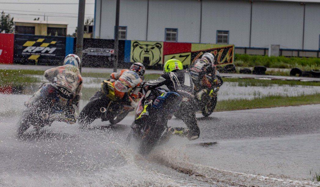 各選手無畏風雨在場中激戰。 圖/台鈴工業提供