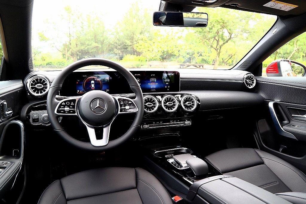 延續新世代賓士NGCC都會小車座艙風格,相同具備儀表、控台螢幕連貫式設計,搭配渦...