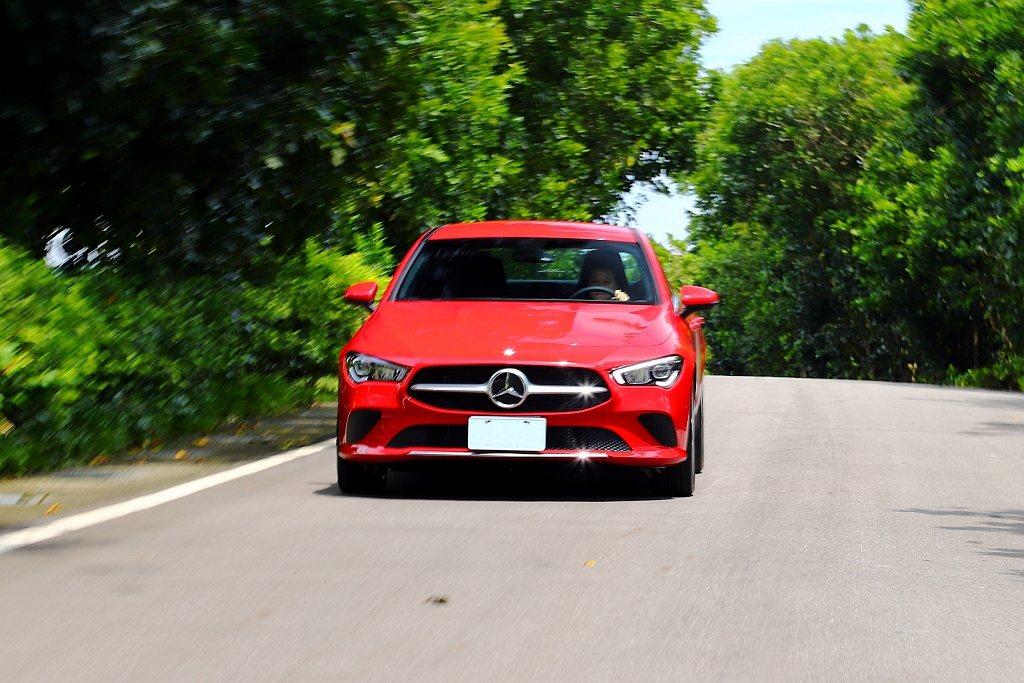賓士CLA 200 Coupe加速質感有著更成熟的表現,不僅能順順開需要動力奧援...