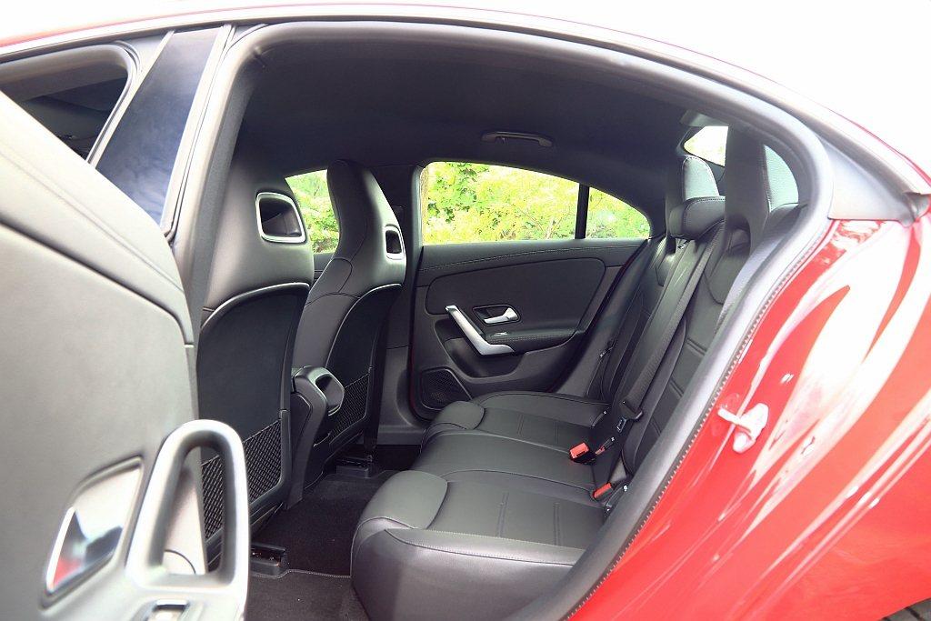全新第二代賓士CLA軸距拉伸使後座膝部空間變好,不過因類Coupe的車頂線條設計...