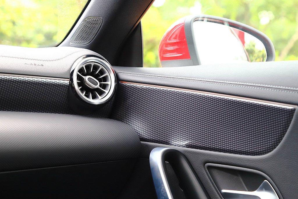 賓士CLA 200 Coupe車艙採深色類碳纖維紋飾板,展現些許性能氣息。 記者...