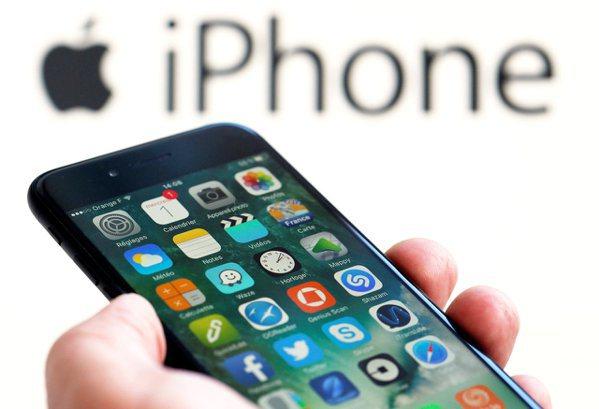 根據路透分析,蘋果50項硬體產品中,有46項將在今年底前面臨加徵關稅。圖/美聯社