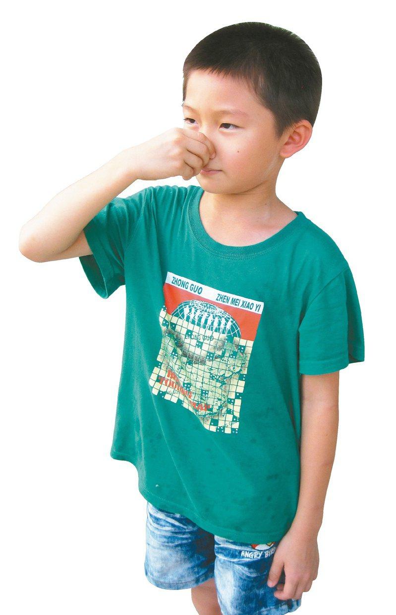 流鼻血是耳鼻喉科門診常見問題,建議緊急處理可先用手指壓住兩側鼻翼,往鼻中膈直接加壓止血,約5至10分鐘。   圖/本報資料照片