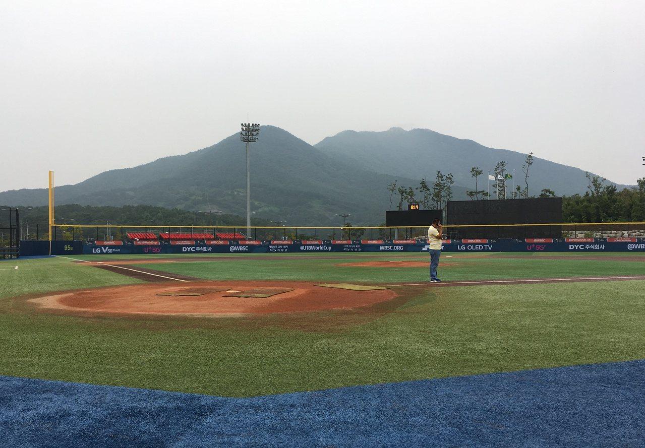機張現代夢公園第2球場,使用人工草皮、球場較小。記者葉姵妤/攝影