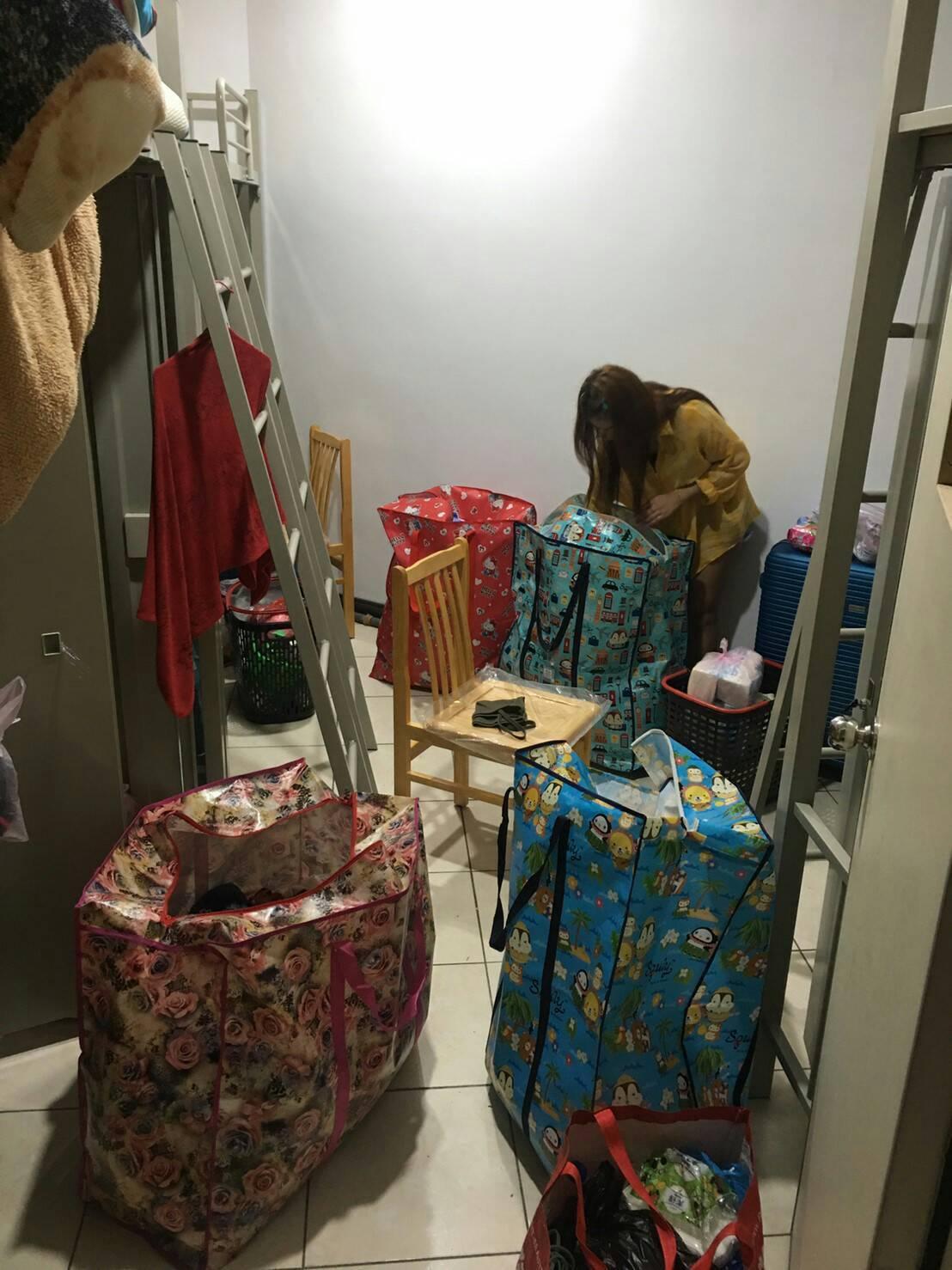 華映200多名移工因宿舍斷電無處去,桃園市勞動局昨晚緊急安排食宿協助安置。圖/桃...
