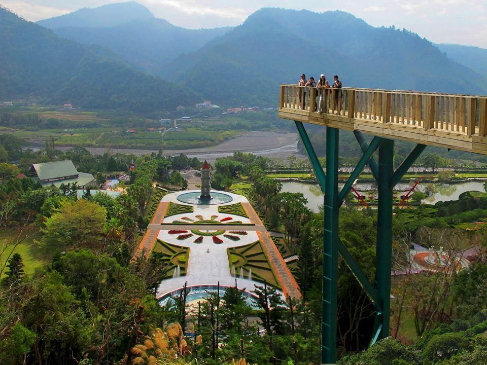 泰雅渡假村群山環抱,還可體驗透明高空步道,挑戰膽量。圖/泰雅渡假村提供