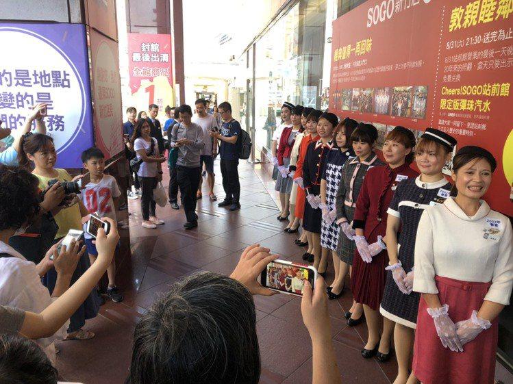 記者稍早前往SOGO新竹站前館現場,發現人潮眾多,但大部分的人都不是來逛街的,不...