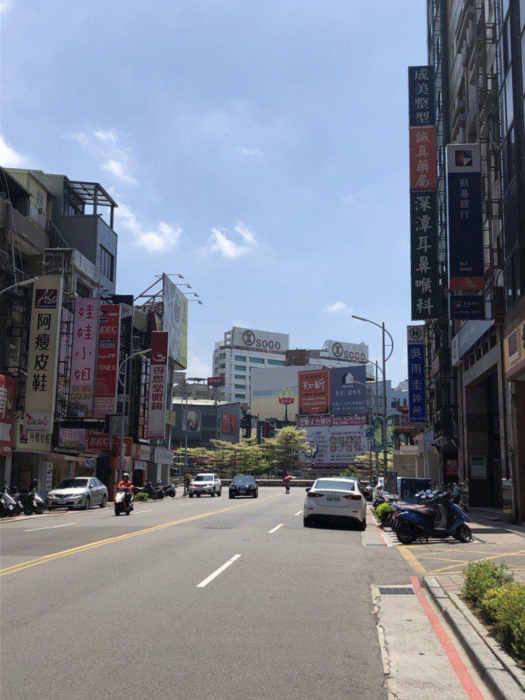 只要站在市政府前中央路,或東門圓環周遭,從遠方就能看見那棟白色外觀的SOGO新竹...