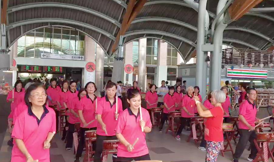 影/台東老人會近2千歲太鼓隊 車站快閃表演贏掌聲