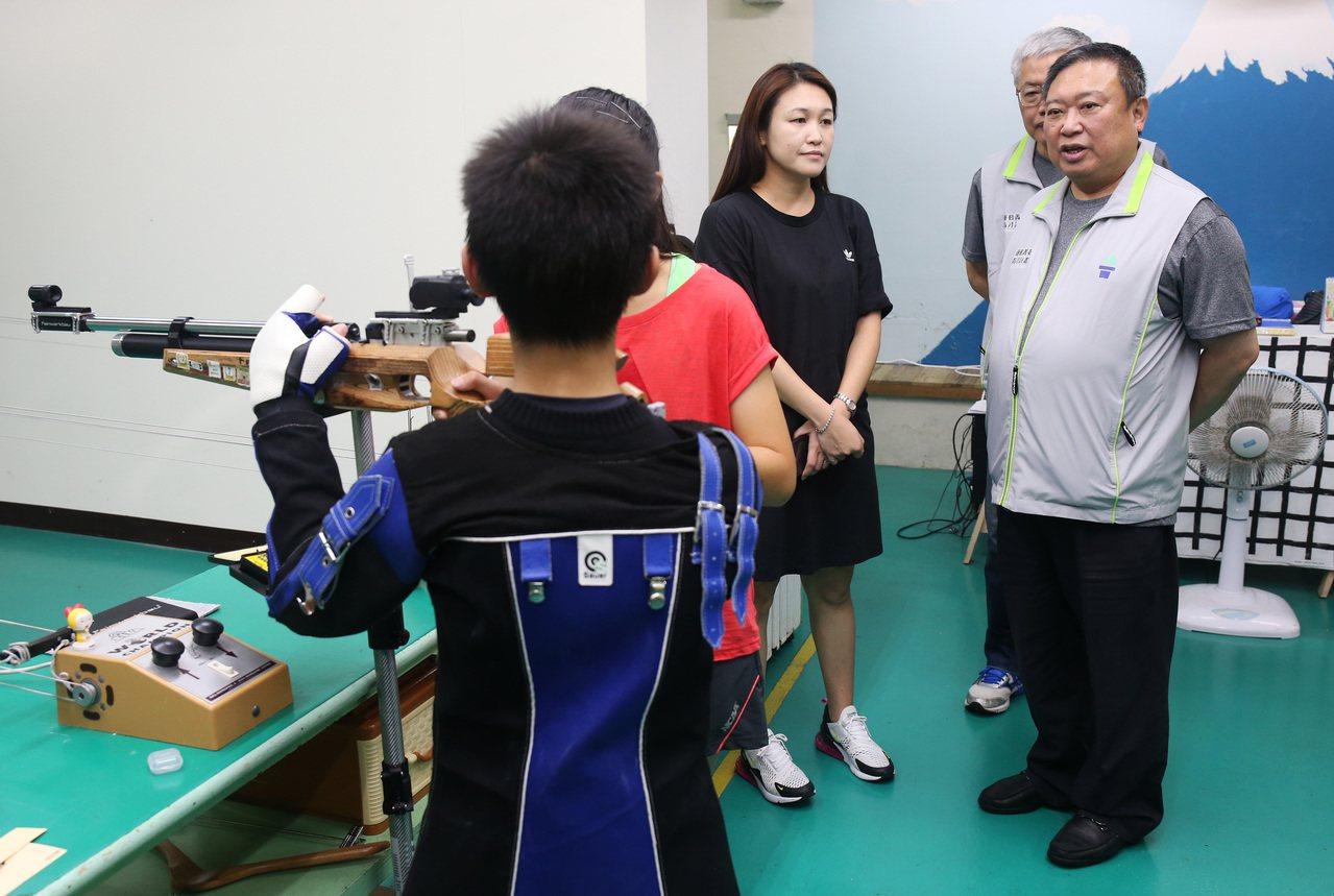 中華奧會主席林鴻道(右)前往中原國小射擊隊訪視。圖/中華奧會提供