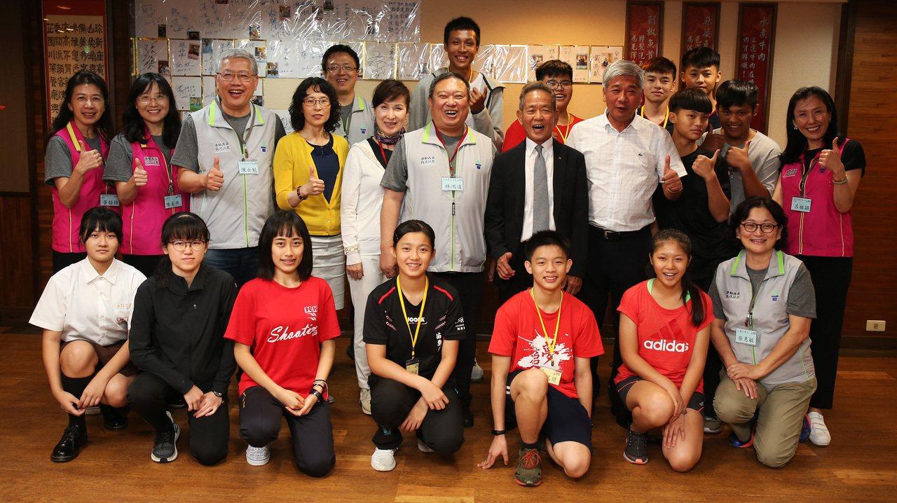 中華奧會主席林鴻道(中)與桃竹苗地區選手合照。圖/中華奧會提供