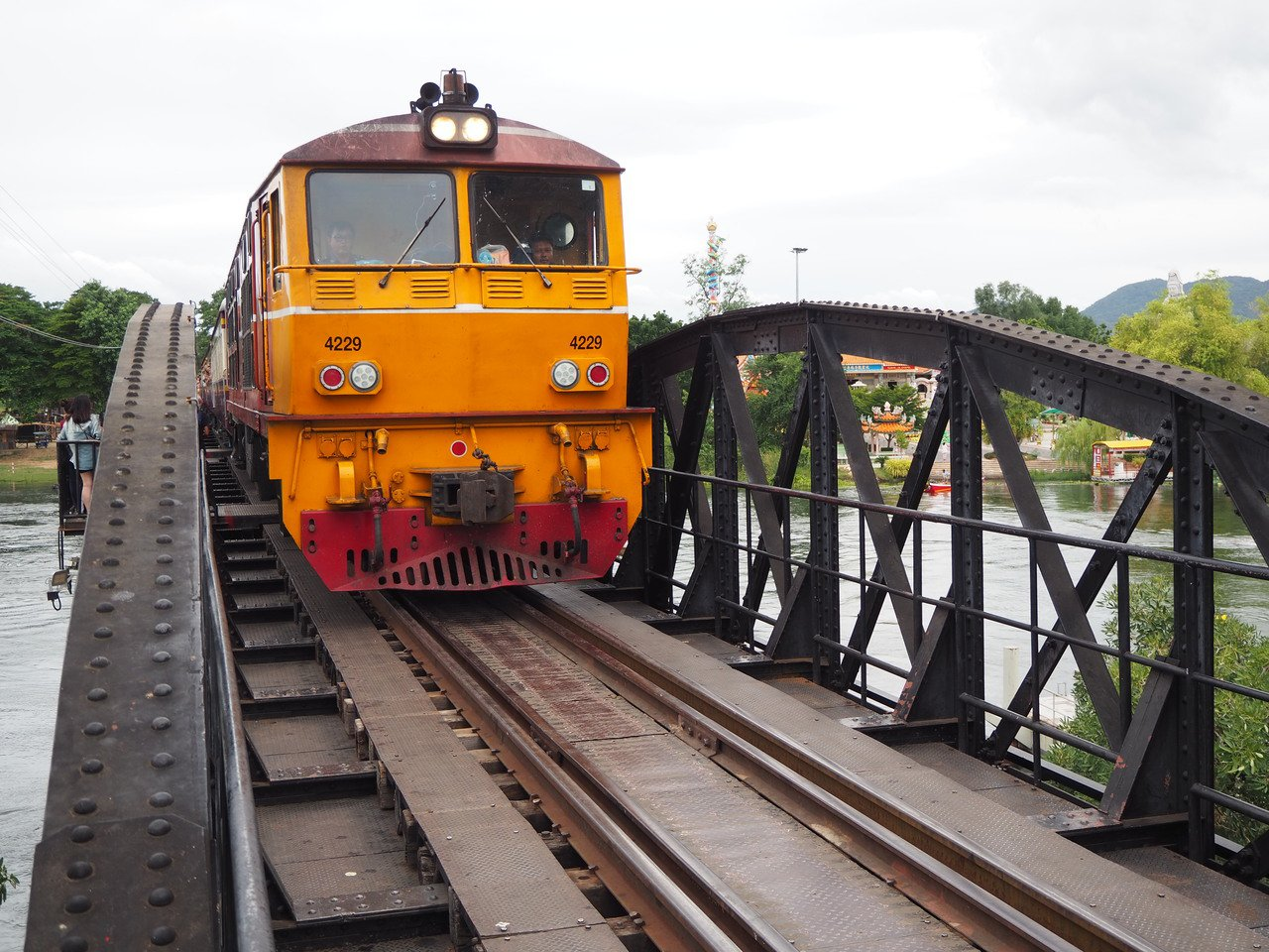 桂河大橋上的鐵路牛步行駛,所有旅客緊靠橋邊凸起處,快門聲不斷。記者羅建怡/攝影
